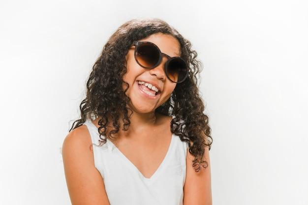Feliz, menina, desgastar, óculos de sol