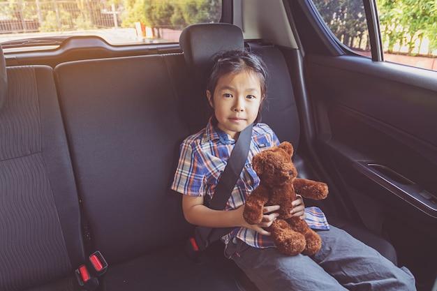 Feliz, menina, desgastar, seatbelts, carro