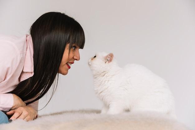 Feliz, menina jovem, posar, com, dela, gato