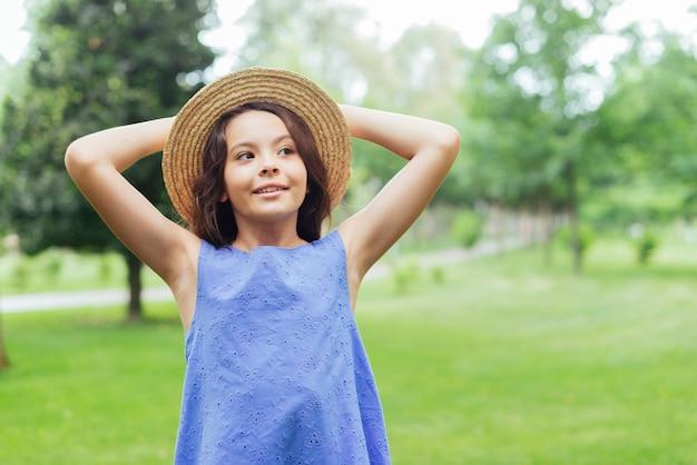 Feliz, menina, posar, em, natureza
