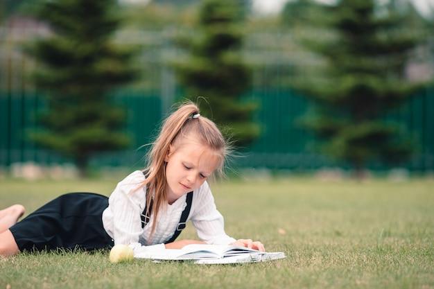 Feliz menininha com uma lousa ao ar livre