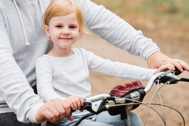 Feliz, menininha, posar, com, pai, ligado, bicicleta