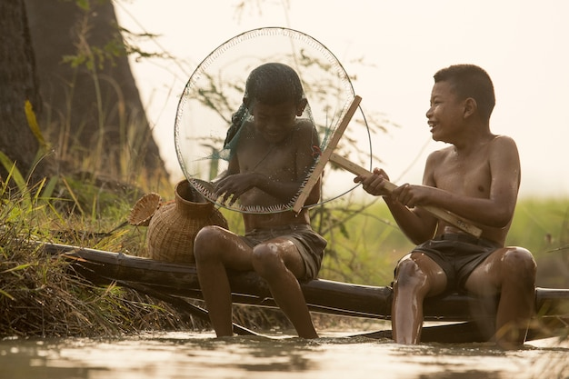 Feliz, menino asiático, amigo, ligado, arroz, verde, campo, durante, manhã, tempo