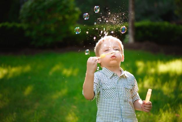 Feliz, menino, jogo, em, bolhas, ao ar livre, em, verão