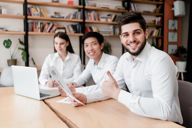 Feliz milenar diversificada pessoas trabalham no escritório