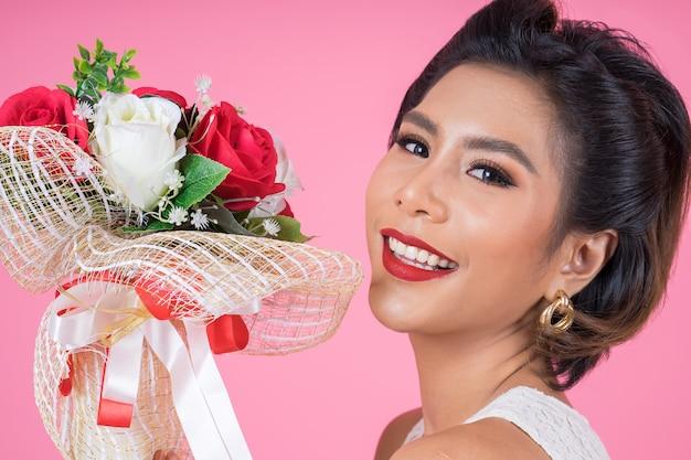 Feliz moda feminina e buquê de flores