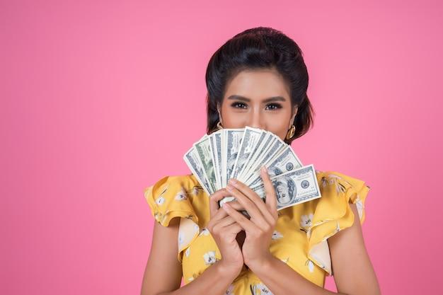 Feliz, moda, mulher bonita, mão segura, dinheiro dólar