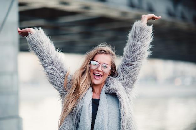 Feliz moda mulher levantando as mãos