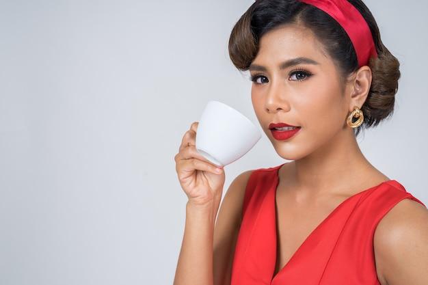 Feliz moda mulher mão segurando a xícara de café