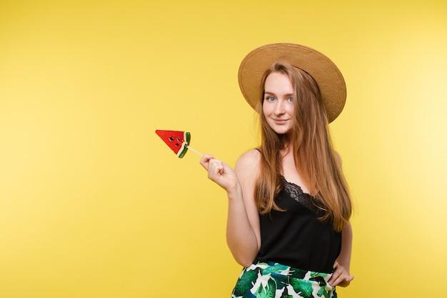 Feliz modelo loiro no verão leve parece comer doces.