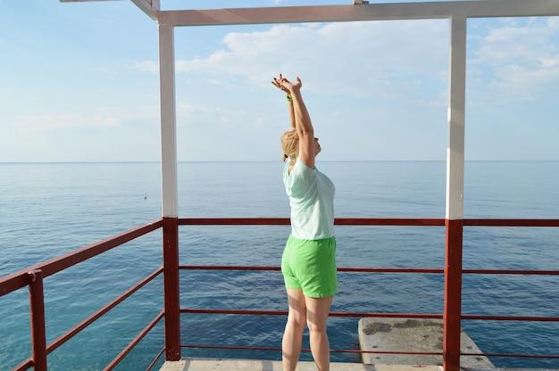 Feliz, mulher adulta, fazendo, ginástica, praia