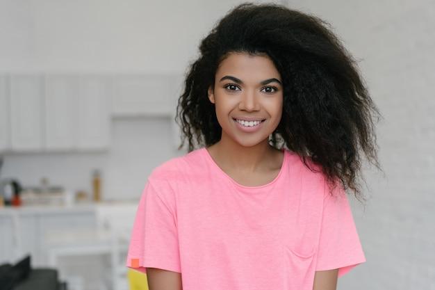 Feliz mulher afro-americana com penteado encaracolado