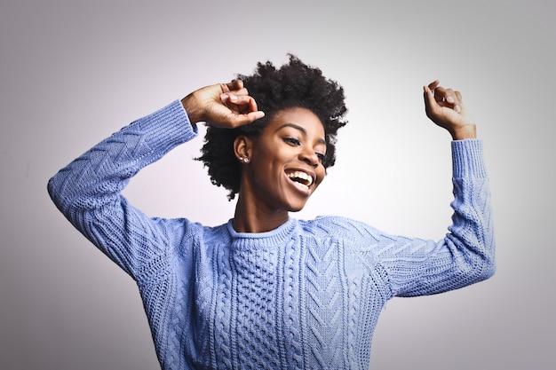 Feliz, mulher afro, dançar