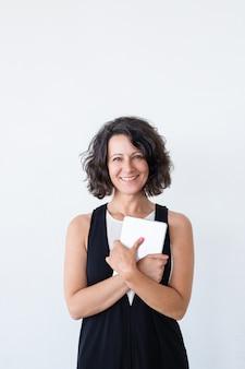 Feliz mulher alegre com tablet sorrindo para a câmera