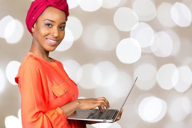 Feliz, mulher americana africana, com, laptop