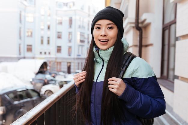 Feliz mulher asiática em roupas quentes