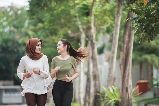 Feliz mulher asiática jovem exercício e aquecimento