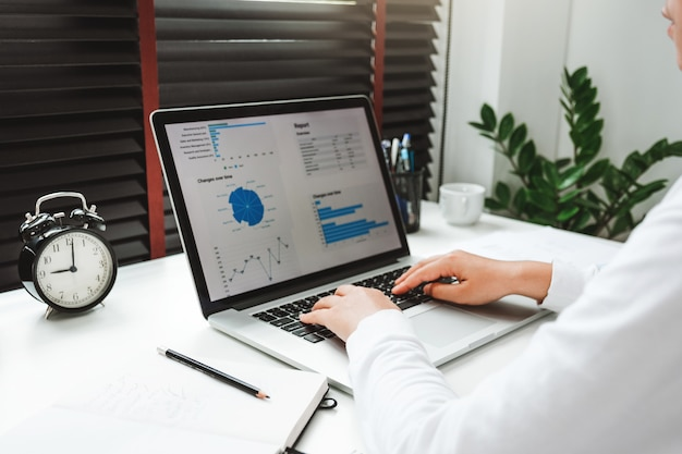 Feliz mulher asiática jovem trabalhar em casa, trabalhando em uma rede social de laptop
