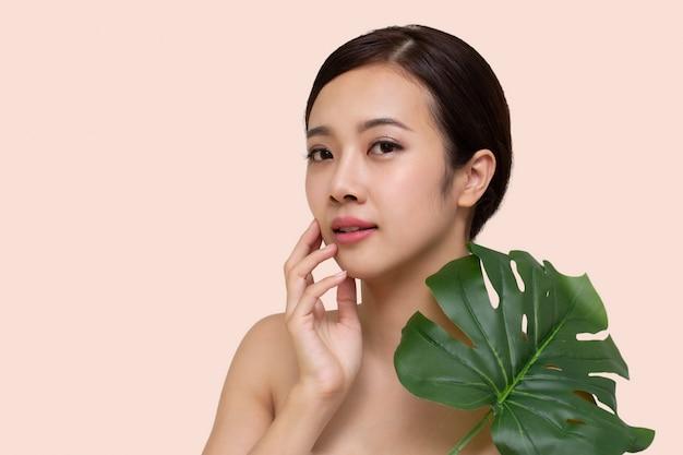Feliz mulher asiática linda com cara de pele fresca limpa