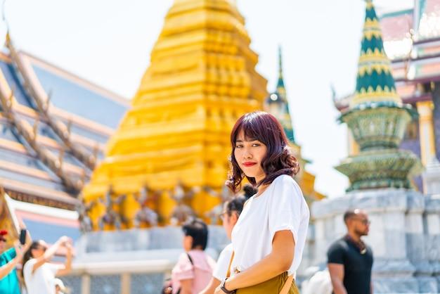 Feliz mulher asiática no templo na tailândia