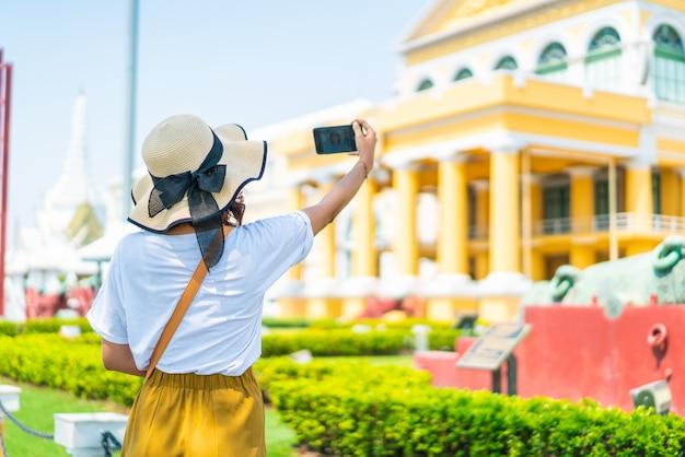 Feliz mulher asiática viajar na tailândia