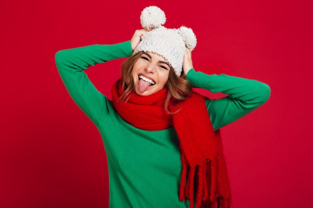 Feliz mulher bonita jovem usando chapéu e cachecol quente