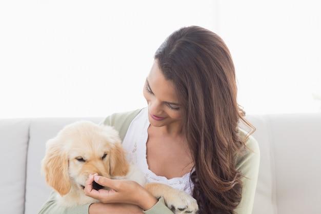 Feliz mulher brincando com cachorrinho