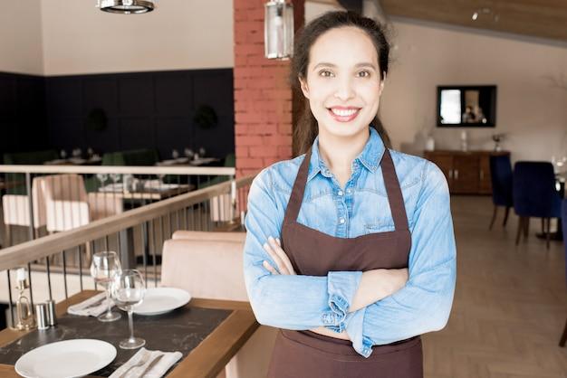 Feliz mulher confiante de pessoal de serviço Foto Premium
