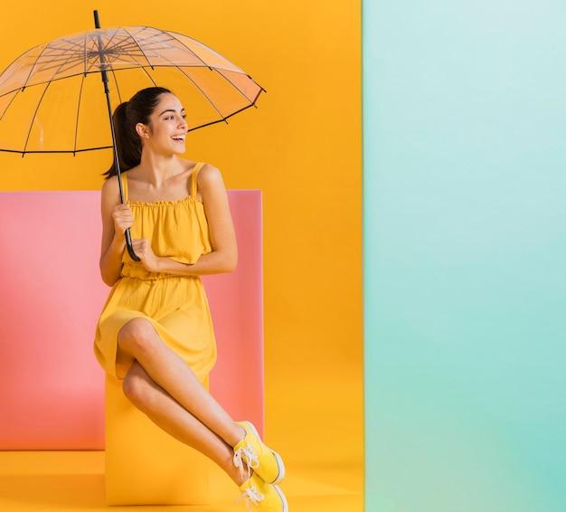 Feliz mulher de vestido amarelo