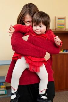 Feliz mulher e criança com síndrome de down