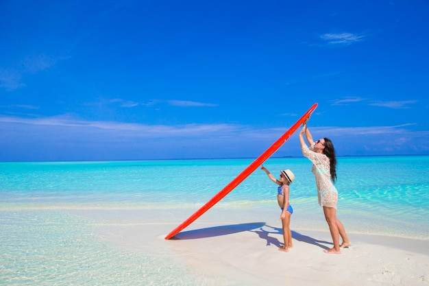 Feliz, mulher, e, menininha, em, praia branca, com, surfboard