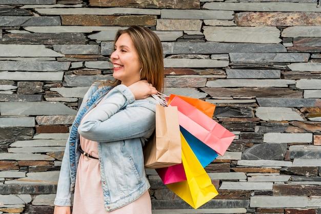 Feliz, mulher, ficar, com, coloridos, bolsas para compras