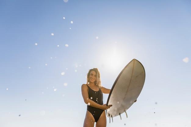 Feliz, mulher, ficar, com, surfboard, em, mãos