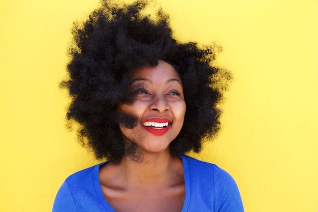 Feliz, mulher jovem, com, cabelo afro, sorrindo