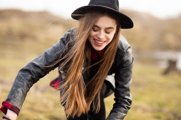 Feliz, mulher jovem, com, chapéu preto