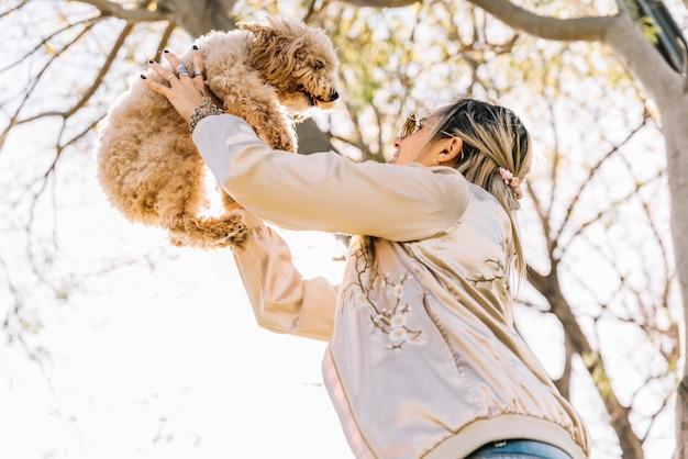 Feliz, mulher jovem, com, dela, cão
