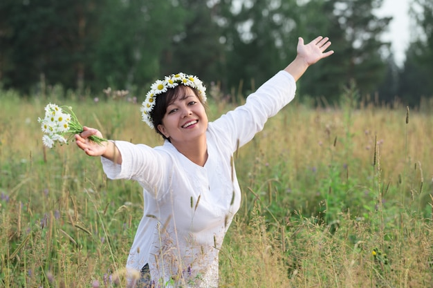 Feliz, mulher jovem, com, flores
