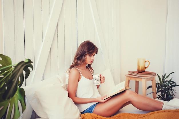 Feliz, mulher jovem, com, xícara café, ou, chá