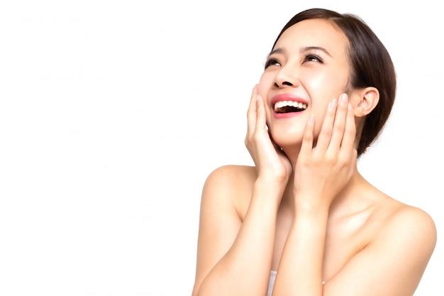Feliz mulher jovem e bonita asiática com pele fresca limpa, cuidados com o rosto beleza menina, tratamento facial e conceito de spa de cosmetologia