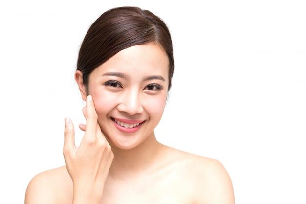Feliz mulher jovem e bonita asiática com pele fresca limpa, cuidados de rosto de beleza de garota, tratamento facial e conceito de spa de cosmetologia
