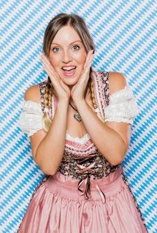 Feliz mulher jovem em trajes tradicionais