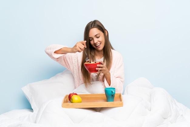 Feliz, mulher jovem, em, vestindo roupão, com, pequeno almoço