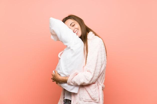 Feliz, mulher jovem, em, vestindo, vestido, sobre, parede cor-de-rosa