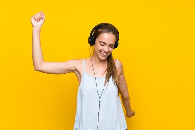 Feliz, mulher jovem, escutar música