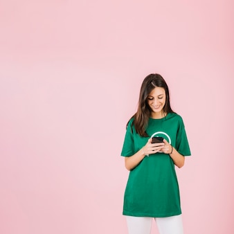 Feliz, mulher jovem, olhar, telefone móvel