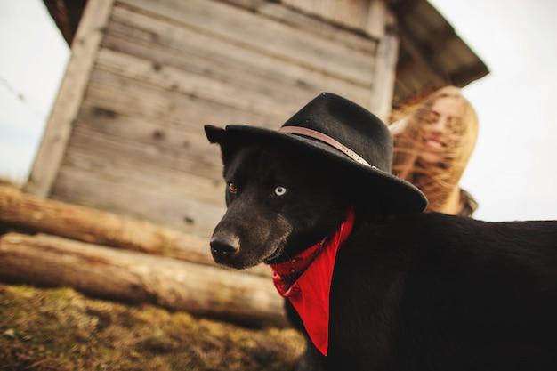 Feliz, mulher jovem, plaing, com, dela, cachorro preto