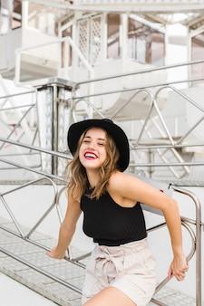 Feliz, mulher jovem, posar, com, chapéu