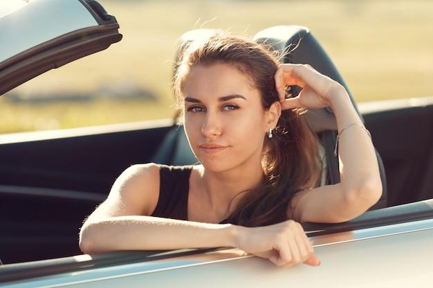 Feliz, mulher jovem, sentando, em, dela, car