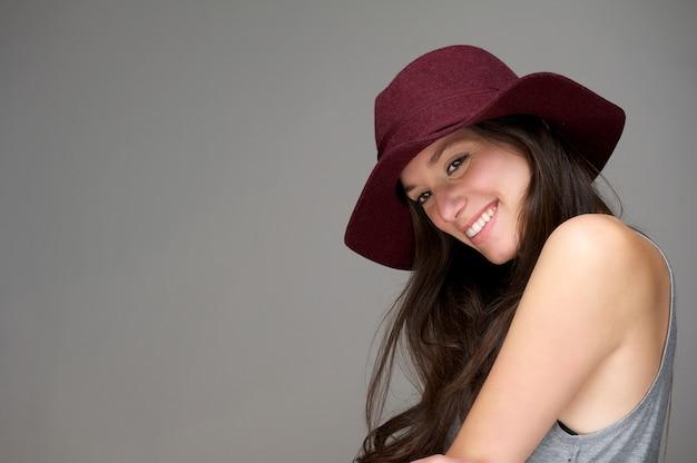 Feliz, mulher jovem, sorrindo, com, chapéu vermelho