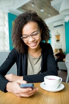 Feliz, mulher, leitura, mensagem, cellphone, café